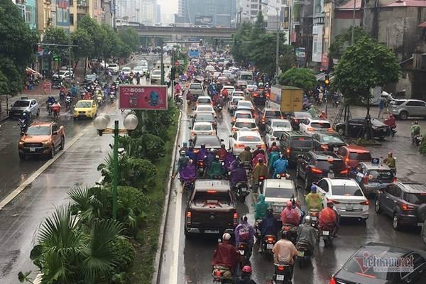 Hà Nội mưa, tắc triền miên từ sáng tới trưa - Ảnh 4.