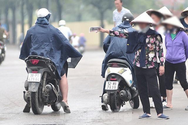 việt nam - malaysia - photo 3 15705420179851122541899 - Hai ngày trước trận Việt Nam – Malaysia: Sốt vé xình xịch giữa trời mưa