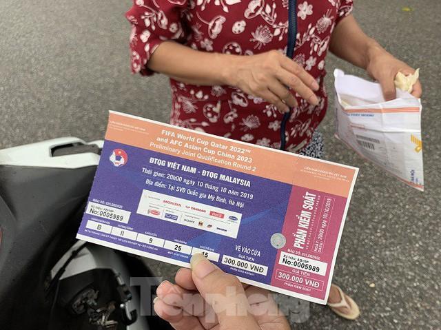 việt nam - malaysia - photo 5 1570542017988826025613 - Hai ngày trước trận Việt Nam – Malaysia: Sốt vé xình xịch giữa trời mưa
