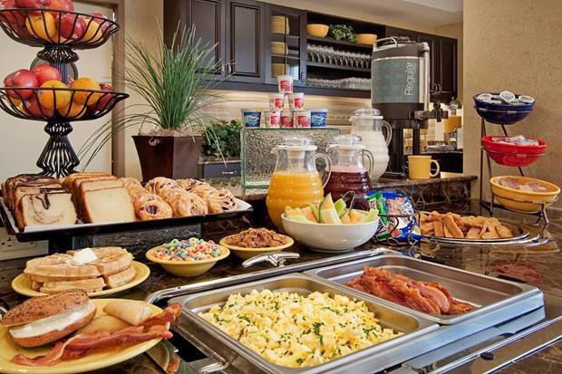 - photo 1 15725786318761513992182 - Tại sao các khách sạn thường phục vụ bữa sáng buffet miễn phí cho khách? Như vậy là họ lỗ hay lời?