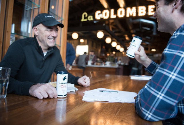 [Bài T2] Cựu nhân viên từng chê cà phê của Starbucks 'tào lao': Từ 'kẻ lừa đảo' đến ông chủ đế chế cà phê 1 tỷ USD, thiên thời, nhân hòa cũng không bằng địa lợi! - Ảnh 1.