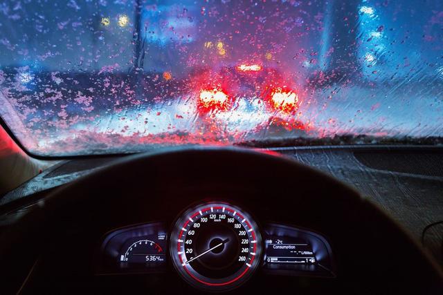 Những nguyên tắc sinh tồn khi lái xe trong mưa bão  - Ảnh 1.