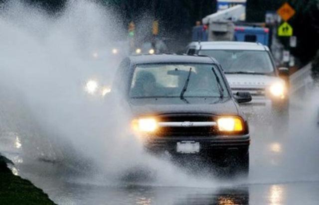 Những nguyên tắc sinh tồn khi lái xe trong mưa bão  - Ảnh 2.