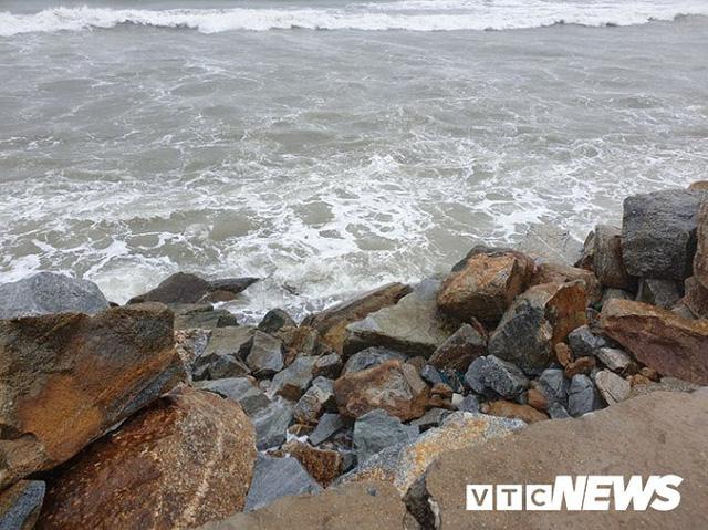 Ảnh: Kè chắn sóng bị đánh tan tác, dân làng chài sơ tán tránh bão - Ảnh 1.