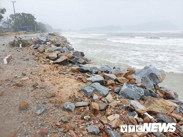 Ảnh: Kè chắn sóng bị đánh tan tác, dân làng chài sơ tán tránh bão - Ảnh 2.