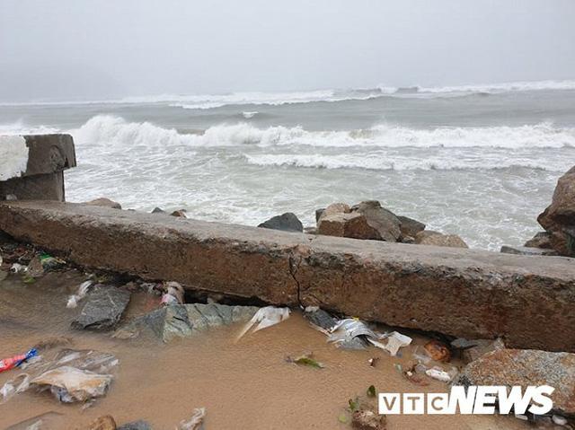 Ảnh: Kè chắn sóng bị đánh tan tác, dân làng chài sơ tán tránh bão  - Ảnh 4.