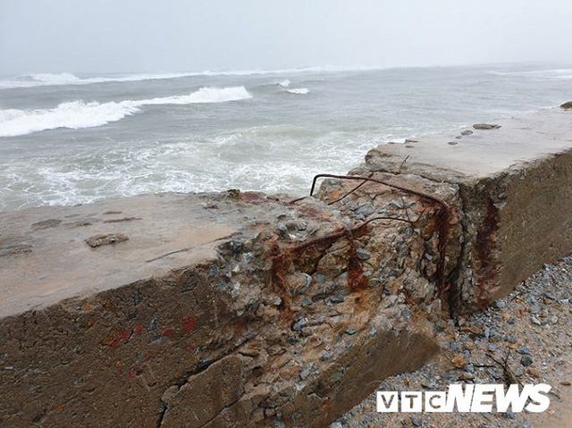 Ảnh: Kè chắn sóng bị đánh tan tác, dân làng chài sơ tán tránh bão - Ảnh 6.
