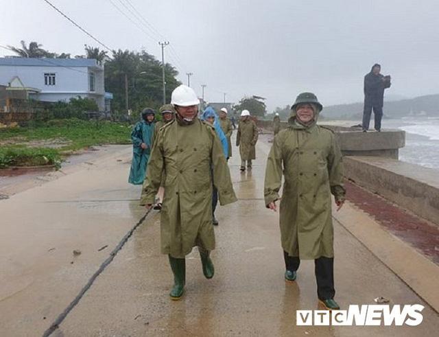 Ảnh: Kè chắn sóng bị đánh tan tác, dân làng chài sơ tán tránh bão  - Ảnh 7.