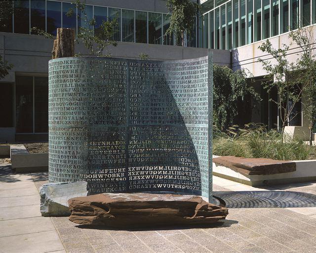 Kryptos, câu đố đặt ngay ở cửa nhà CIA, 30 năm rồi chưa ai giải được hết - Ảnh 1.