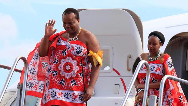 Dù đất nước nghèo đói, quốc vương châu Phi vẫn vét ngân khố mua 19 xe sang Rolls Royce cho mình và 15 người vợ - Ảnh 1.