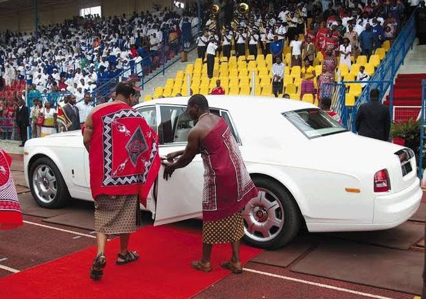 Dù đất nước nghèo đói, quốc vương châu Phi vẫn vét ngân khố mua 19 xe sang Rolls Royce cho mình và 15 người vợ - Ảnh 2.