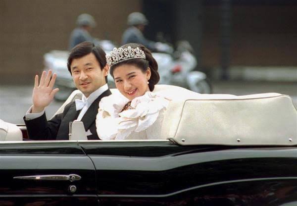 Vợ chồng Nhật hoàng Naruhito diễu hành ra mắt dân chúng, Hoàng hậu Masako gây choáng ngợp với vẻ đẹp rạng rỡ hệt như ngày đầu làm dâu hoàng gia - Ảnh 7.