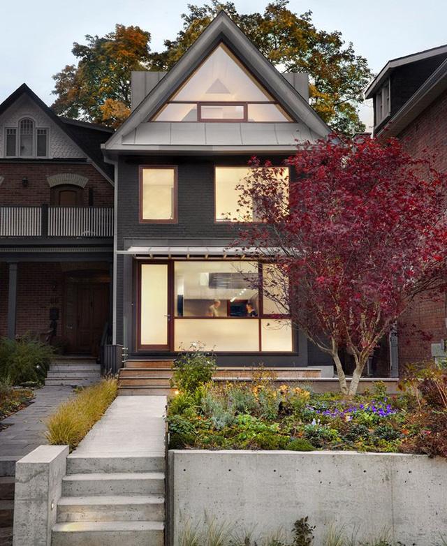 Mẫu nhà mái tam giác 2 tầng đẹp long lanh với chi phí thấp - Ảnh 1.