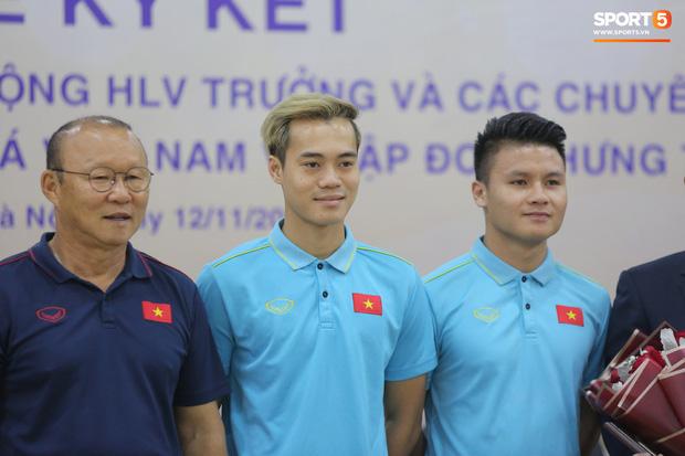 """văn toàn, quang hải - photo 1 15735405563621477198052 - Quang Hải – Văn Toàn nói chuyện """"bí ẩn"""", nhận thưởng khủng trước thềm trận đấu với UAE và Thái Lan tại vòng loại World Cup 2022"""