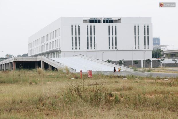 Bến xe Miền Đông mới trị giá 4.000 tỉ đồng đã hoàn thành nhưng vẫn án binh bất động, cỏ dại phủ kín xung quanh - Ảnh 11.