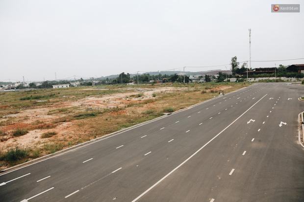 Bến xe Miền Đông mới trị giá 4.000 tỉ đồng đã hoàn thành nhưng vẫn án binh bất động, cỏ dại phủ kín xung quanh - Ảnh 17.