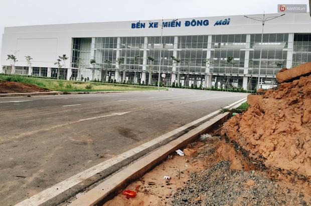 Bến xe Miền Đông mới trị giá 4.000 tỉ đồng đã hoàn thành nhưng vẫn án binh bất động, cỏ dại phủ kín xung quanh - Ảnh 3.
