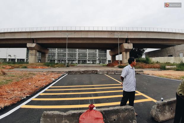 Bến xe Miền Đông mới trị giá 4.000 tỉ đồng đã hoàn thành nhưng vẫn án binh bất động, cỏ dại phủ kín xung quanh - Ảnh 4.