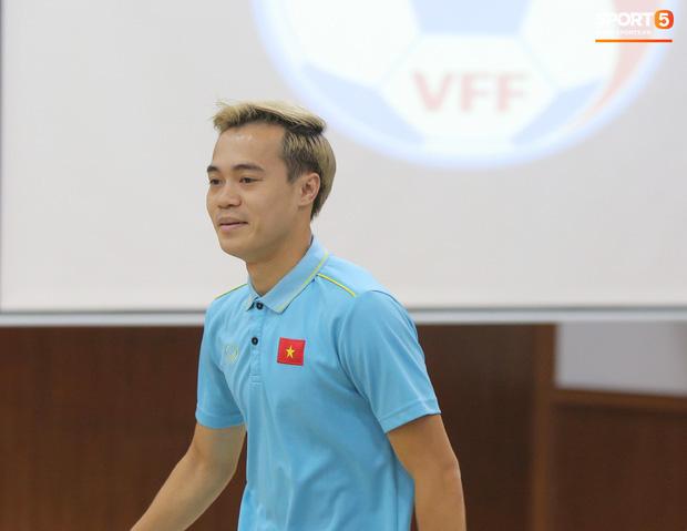 """văn toàn, quang hải - photo 6 15735405598981548941361 - Quang Hải – Văn Toàn nói chuyện """"bí ẩn"""", nhận thưởng khủng trước thềm trận đấu với UAE và Thái Lan tại vòng loại World Cup 2022"""