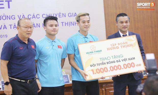 """văn toàn, quang hải - photo 7 15735405598991990342483 - Quang Hải – Văn Toàn nói chuyện """"bí ẩn"""", nhận thưởng khủng trước thềm trận đấu với UAE và Thái Lan tại vòng loại World Cup 2022"""