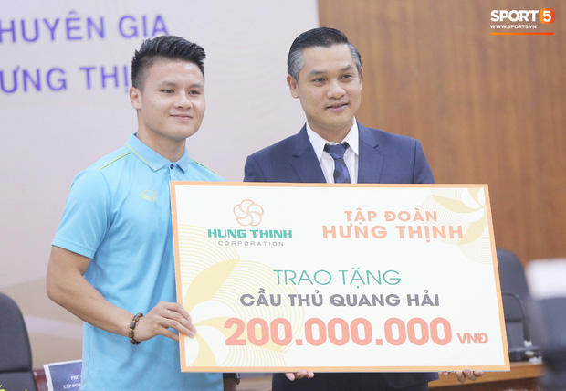 """văn toàn, quang hải - photo 8 1573540559902180708630 - Quang Hải – Văn Toàn nói chuyện """"bí ẩn"""", nhận thưởng khủng trước thềm trận đấu với UAE và Thái Lan tại vòng loại World Cup 2022"""