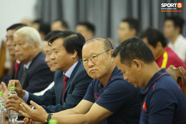 """văn toàn, quang hải - photo 9 1573540559908589769993 - Quang Hải – Văn Toàn nói chuyện """"bí ẩn"""", nhận thưởng khủng trước thềm trận đấu với UAE và Thái Lan tại vòng loại World Cup 2022"""