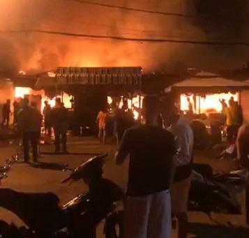 Cháy lớn làm nhiều kiốt tại chợ Phước Long bị thiêu rụi - Ảnh 2.