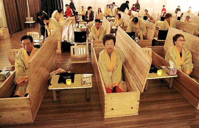 Dịch vụ tang lễ giả để thay đổi cách sống ở Hàn Quốc - Ảnh 1.