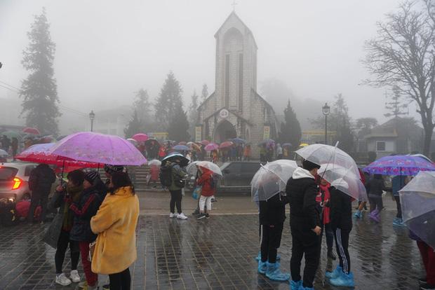Không khí lạnh gây mưa rét ở miền Bắc, nhiệt độ Hà Nội thấp nhất 16 độ C - Ảnh 1.