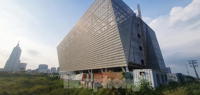 Cận cảnh tòa nhà triển lãm 800 tỷ xây dựng dang dở ở Thủ Thiêm  - Ảnh 1.