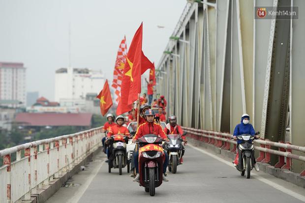 Nhiều giờ trước khi trận đấu giữa Việt Nam và UAE diễn ra, CĐV đã nhuộm đỏ các tuyến đường tiếp lửa cho đội tuyển nước nhà - Ảnh 2.