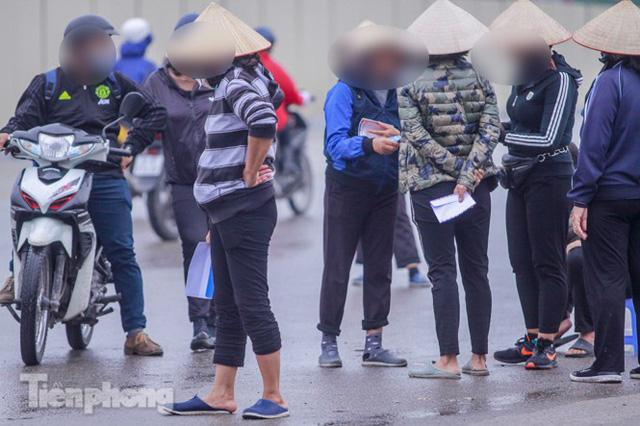Mưa lạnh bất ngờ, phe vé trận Việt Nam - UAE lo sốt vó  - Ảnh 3.