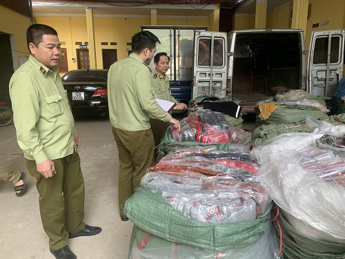 """Đột nhập kho buôn ở Hà Nội, phát hiện hơn 1.000 túi xách """"hàng hiệu"""" giá chỉ từ 40.000 đồng/chiếc - Ảnh 4."""