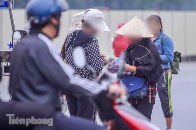 Mưa lạnh bất ngờ, phe vé trận Việt Nam - UAE lo sốt vó  - Ảnh 6.