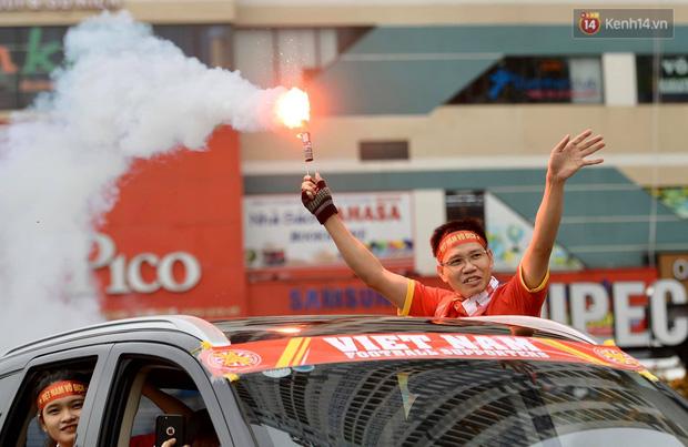 Nhiều giờ trước khi trận đấu giữa Việt Nam và UAE diễn ra, CĐV đã nhuộm đỏ các tuyến đường tiếp lửa cho đội tuyển nước nhà - Ảnh 8.