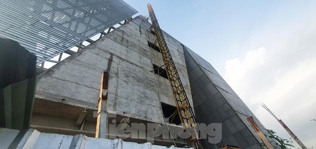 Cận cảnh tòa nhà triển lãm 800 tỷ xây dựng dang dở ở Thủ Thiêm  - Ảnh 9.