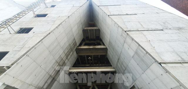 Cận cảnh tòa nhà triển lãm 800 tỷ xây dựng dang dở ở Thủ Thiêm  - Ảnh 10.