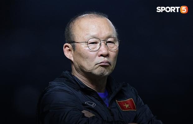 Nhận câu hỏi về tuyển Thái Lan, HLV Park Hang-seo cho rằng CĐV Việt Nam vừa yêu bóng đá, vừa tham lam - Ảnh 1.