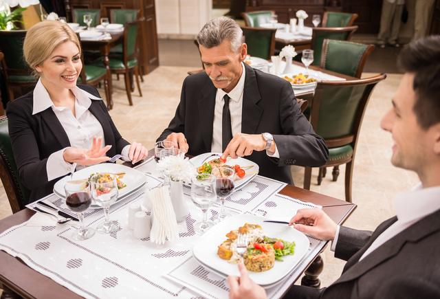 Sếp cũ của Michelle Obama khuyên: Đừng tiếc tiền mời đồng nghiệp ăn tối, bởi đó có thể là con đường nhanh nhất giúp bạn thăng tiến nơi công sở!  - Ảnh 2.