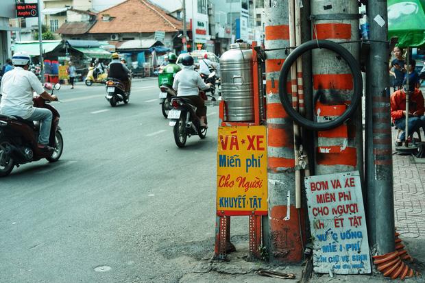 Chuyện dây xích quấn quanh những bình nước miễn phí: Sài Gòn dễ thương, nhưng muốn thương phải chịu khó! - Ảnh 3.