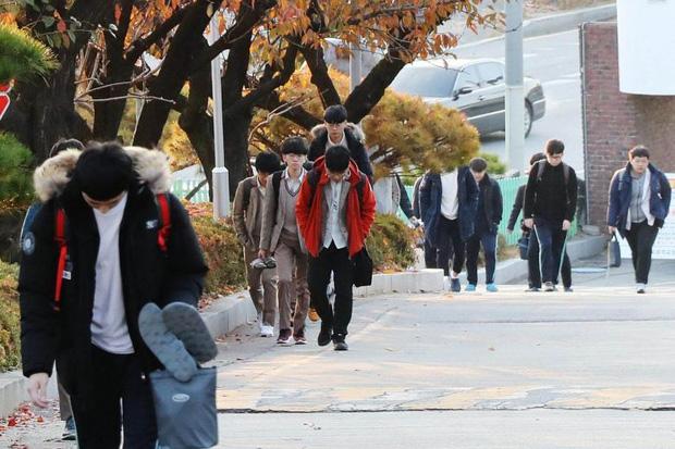 Số phận của những người thừa học vấn ở Hàn Quốc: Sau đại học còn vượt qua hàng chục kỳ thi, 30 tuổi mới đi xin việc và thất bại cay đắng - Ảnh 3.
