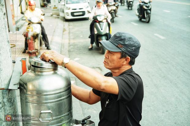 Chuyện dây xích quấn quanh những bình nước miễn phí: Sài Gòn dễ thương, nhưng muốn thương phải chịu khó! - Ảnh 8.