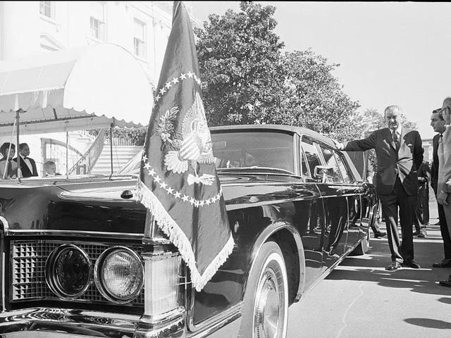 """Vụ ám sát tổng thống Kennedy đã """"cách mạng hóa"""" những chiếc xe chuyên chở các Tổng thống như thế nào? - Ảnh 2."""