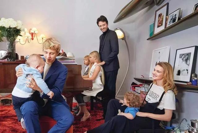 Chuyện cổ tích của cô gái bán hàng rong cưa đổ thái tử Louis Vuitton: Một tay nuôi mẹ và em gái khuyết tật, ly hôn xong lại hiên ngang làm dâu tỷ phú giàu nhất nước Pháp  - Ảnh 4.