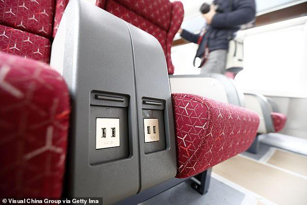 Đừng bao giờ sạc điện thoại ở sân bay, khách sạn kiểu này dù có hết pin: Nguy hiểm tiềm tàng đang rình rập đó! - Ảnh 1.