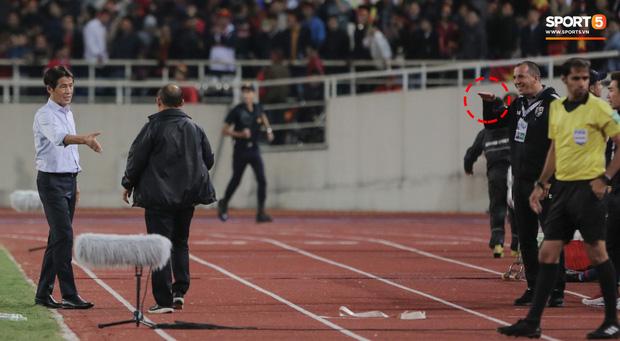 Không chỉ cười mỉa, trợ lý tuyển Thái còn có hành động phản cảm: Miệt thị ngoại hình HLV Park Hang-seo - Ảnh 1.