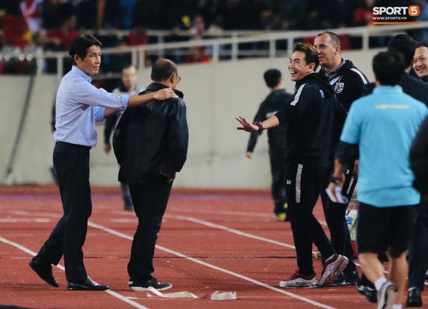 HLV trưởng đội tuyển Thái Lan lên tiếng về vụ trợ lý có hành vi miệt thị HLV Park Hang-seo: Chúng ta cần xem lại bản thân! - Ảnh 2.