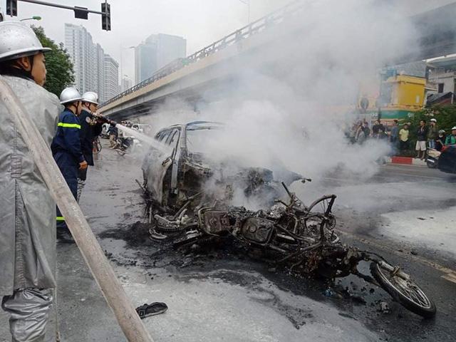 Xe sang Mercedes cháy rụi sau khi vượt đèn đỏ, một người chết - Ảnh 16.