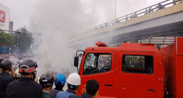 Xe sang Mercedes cháy rụi sau khi vượt đèn đỏ, một người chết - Ảnh 7.