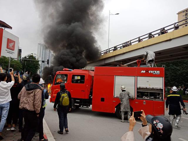 Xe sang Mercedes cháy rụi sau khi vượt đèn đỏ, một người chết - Ảnh 8.
